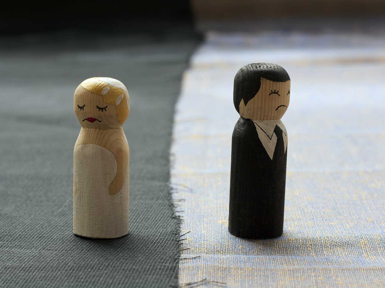 Wooden couple on split fabric: when will the maintenance payments end